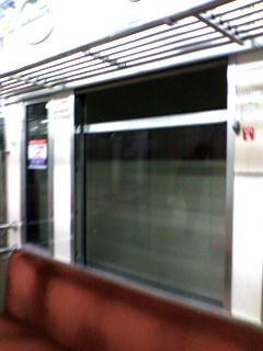 窓を開けた電車