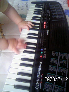 [9ヶ月]息子、父の目の前でキーボードプレイヤーになる